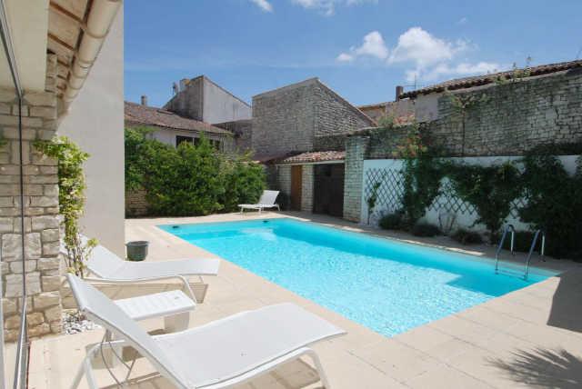 Location vacances, ile de ré, maison de village avec piscine dans le centr ...