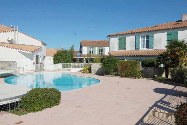 Location vacances, ile de ré, appartement dans résidence avec piscine com ...