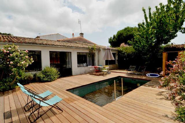 Location vacances, ile de ré, maison de village avec piscine chauffée com ...