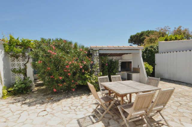 Proche de la plage de la cible, jolie villa renovée en 2008 avec jardin.   ...