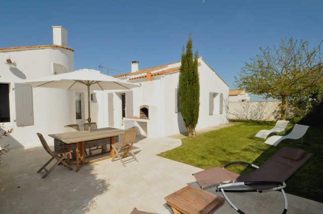 Location de vacances loix villas maisons et appartements for Piscine venelle