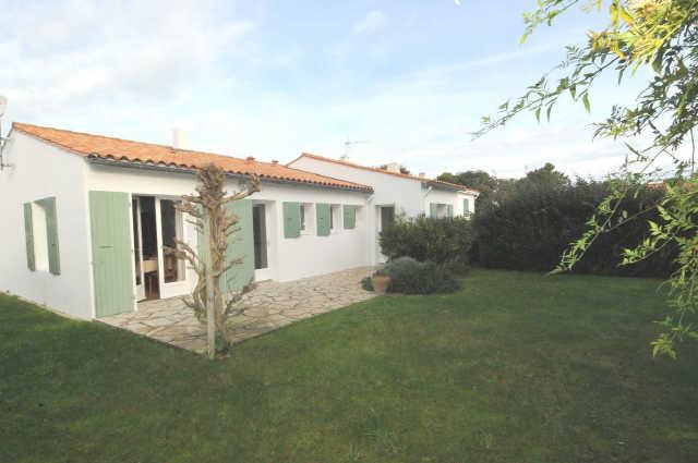 Agréable villa située à la flotte comprenant : entree de 10m². piece pr ...