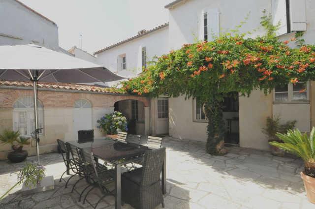 Grande villa familliale en plein centre du village d'ars en ré, comprenant ...